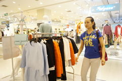 Shenzhen, Chinese: young women in the purchase of clothing Royalty Free Stock Images