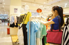 Shenzhen, Chinese: young women in the purchase of clothing Stock Photos