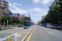Shenzhen, chino: Tráfico de City Road Imagenes de archivo