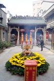 Shenzhen, Chiny: świątynia palić kadzidło uwielbiać Obraz Royalty Free