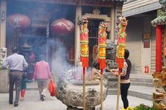 Shenzhen, Chiny: świątynia palić kadzidło uwielbiać Obraz Stock