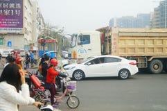 Shenzhen, Chiny: Ampuł ciężarówki ładowali z borowinowymi końcówka samochodami, wypadki uliczni obrazy stock