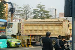 Shenzhen, Chiny: Ampuł ciężarówki ładowali z borowinowymi końcówka samochodami, wypadki uliczni zdjęcie stock