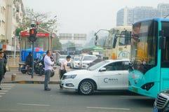 Shenzhen, Chiny: Ampuł ciężarówki ładowali z borowinowymi końcówka samochodami, wypadki uliczni obraz stock