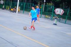Shenzhen, Chiny: bawić się futbol jako rekreacyjny sport Fotografia Stock