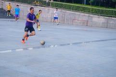 Shenzhen, Chiny: bawić się futbol jako rekreacyjny sport Obrazy Stock