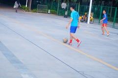 Shenzhen, Chiny: bawić się futbol jako rekreacyjny sport Zdjęcia Royalty Free