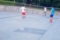 Shenzhen, Chiny: bawić się futbol jako rekreacyjny sport Obrazy Royalty Free