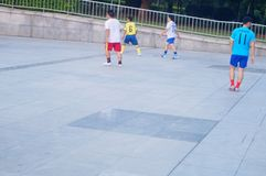 Shenzhen, Chiny: bawić się futbol jako rekreacyjny sport Zdjęcia Stock