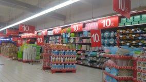 Shenzhen, Chiny: carrefour supermarketa wnętrza krajobraz, pomijający promocyjni towary zdjęcie stock