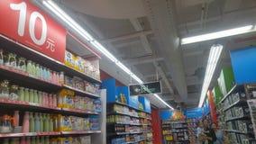 Shenzhen, Chiny: carrefour supermarketa wnętrza krajobraz, pomijający promocyjni towary obraz stock