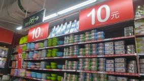 Shenzhen, Chiny: carrefour supermarketa wnętrza krajobraz, pomijający promocyjni towary fotografia stock