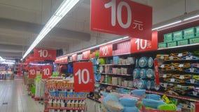 Shenzhen, Chiny: carrefour supermarketa wnętrza krajobraz, pomijający promocyjni towary fotografia royalty free