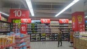 Shenzhen, Chiny: carrefour supermarketa wnętrza krajobraz, pomijający promocyjni towary obrazy royalty free