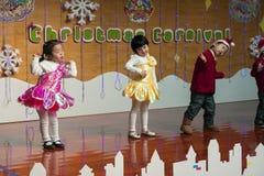 SHENZHEN, CHINY, 2011-12-23: Chińczyków dzieciaki w kwiatów kostiumach na Obraz Royalty Free