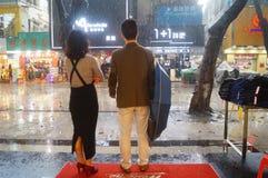 Shenzhen, Chiny: deszcz, parasolowe dziewczyny Zdjęcia Stock