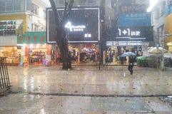 Shenzhen, Chiny: deszcz, parasolowe dziewczyny Obrazy Royalty Free