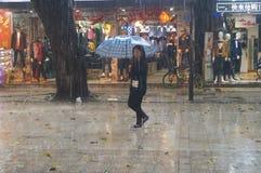 Shenzhen, Chiny: deszcz, parasolowe dziewczyny Fotografia Stock