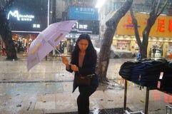 Shenzhen, Chiny: deszcz, parasolowe dziewczyny Zdjęcie Stock