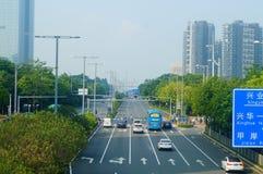 Shenzhen, Chiny: drogowego ruchu drogowego krajobraz w środkowym terenie Baoan fotografia royalty free