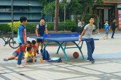 Shenzhen, Chiny: Dzieci Bawić się Stołowego tenisa sprawność fizyczną obrazy stock