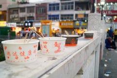 Shenzhen, Chiny: Handlowa ulica na ogrodzeniu odrzucać jest chowhound papierowym pucharem Obrazy Royalty Free