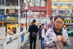 Shenzhen, Chiny: Handlowa ulica na ogrodzeniu odrzucać jest chowhound papierowym pucharem Obraz Royalty Free