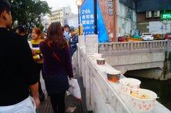 Shenzhen, Chiny: Handlowa ulica na ogrodzeniu odrzucać jest chowhound papierowym pucharem Obrazy Stock