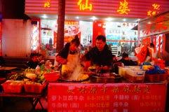 Shenzhen, Chiny: Karmowa ulica przy noc krajobrazem Fotografia Stock