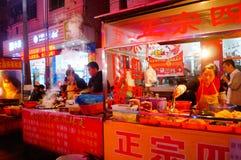Shenzhen, Chiny: Karmowa ulica przy noc krajobrazem Fotografia Royalty Free