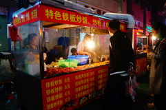 Shenzhen, Chiny: Karmowa ulica przy noc krajobrazem Obrazy Stock