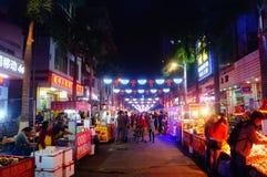 Shenzhen, Chiny: Karmowa ulica przy noc krajobrazem Obraz Stock
