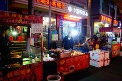 Shenzhen, Chiny: Karmowa ulica przy noc krajobrazem Obrazy Royalty Free