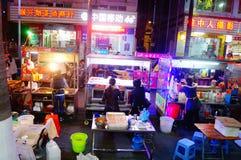 Shenzhen, Chiny: Karmowa ulica przy noc krajobrazem Obraz Royalty Free