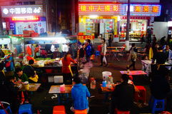 Shenzhen, Chiny: Karmowa ulica przy noc krajobrazem Zdjęcia Royalty Free