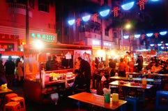 Shenzhen, Chiny: Karmowa ulica przy noc krajobrazem Zdjęcie Royalty Free
