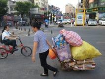 Shenzhen, Chiny: kobieta wlec jej kolekcję odpady w ulicę Fotografia Royalty Free