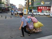 Shenzhen, Chiny: kobieta wlec jej kolekcję odpady w ulicę Zdjęcie Stock