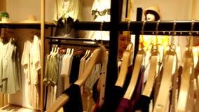 Shenzhen, Chiny: kobiety kupuj? odzie? i staniki przy sklepem odzie?owym zbiory wideo