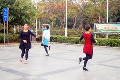 Shenzhen, Chiny: kobiety tanczą szczęśliwie w kwadracie Zdjęcia Royalty Free