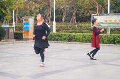 Shenzhen, Chiny: kobiety tanczą szczęśliwie w kwadracie Zdjęcie Royalty Free