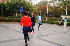 Shenzhen, Chiny: kobiety tanczą szczęśliwie w kwadracie Obraz Stock