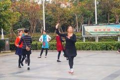 Shenzhen, Chiny: kobiety tanczą szczęśliwie w kwadracie Zdjęcia Stock