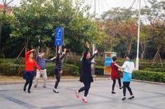 Shenzhen, Chiny: kobiety tanczą szczęśliwie w kwadracie Fotografia Stock