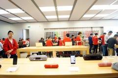 Shenzhen, Chiny: Komputer Apple i telefonu komórkowego sklep Zdjęcia Stock