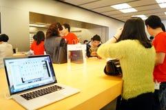 Shenzhen, Chiny: Komputer Apple i telefonu komórkowego sklep Obraz Royalty Free
