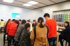 Shenzhen, Chiny: Komputer Apple i telefonu komórkowego sklep Fotografia Stock