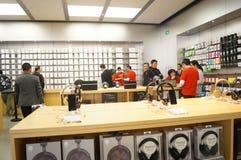 Shenzhen, Chiny: Komputer Apple i telefonu komórkowego sklep Fotografia Royalty Free