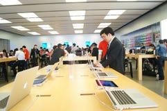 Shenzhen, Chiny: Komputer Apple i telefonu komórkowego sklep Obrazy Royalty Free