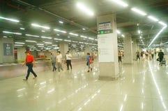 Shenzhen, Chiny: krajobraz Che Kung Świątynna stacja metru, samiec i kobiety pasażery obrazy stock